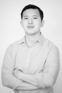 Fotografía de frente de Charles Ngo con los brazos cruzados
