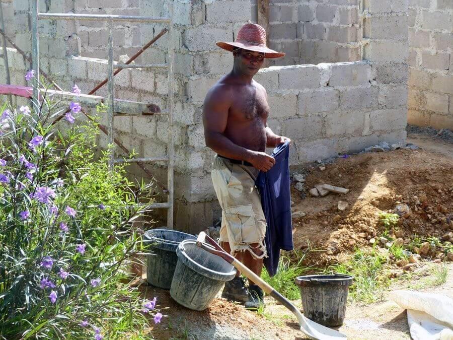 hombre cubano con sombrero trabajando, descansando de la obra