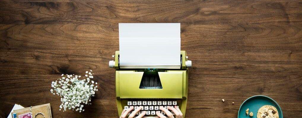Máquina de de escribir sobre una mesa